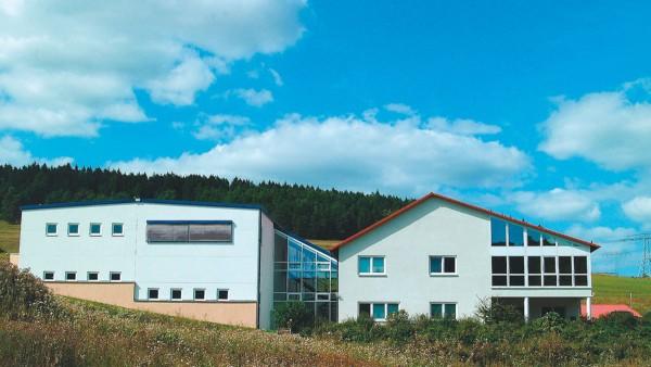 Bau eines weiteren Fertigungsgebäudes mit 3000 qm Fertigungsfläche (präTEC)  Umzug in ein neues Firmengebäude mit 3940 qm Fertigungsfläche (L-A-T)